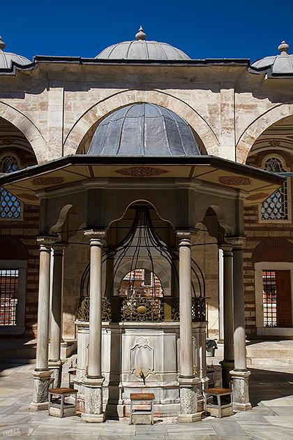Tulip-Mosque-Fountain-Istanbul